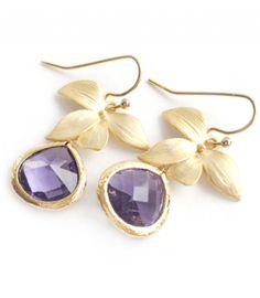 vergoldete Ohrringe Winterblume, mit einem schillernden Schmuckstein in Violett