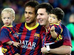 Las dos grandes estrellas del Barça, Messi y Neymar posaron ayer en el Camp Nou con sus hijos.