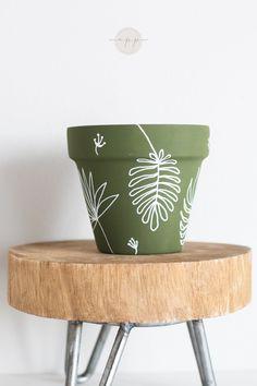 Painted Plant Pots, Painted Flower Pots, Painting Terracotta Pots, Pots D'argile, Clay Pots, Flower Pot Art, Decorated Flower Pots, Indoor Planters, Pottery Painting