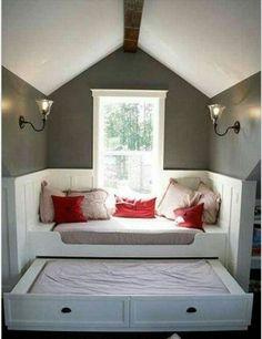 Zo heb je een leuke zit en een 2-pers logeerbed. Het tweede bed schuif je eronderuit en klapt de pootjes uit om het op dezelfde hoogte te krijgen als 't andere bed. Top!