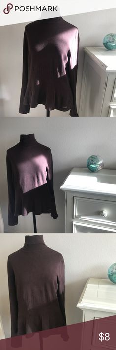 Lole turtleneck with ribbed design. Size XL. Lole turtleneck with ribbed design. Size XL.  Small fray on rear right side of turtleneck. Please see photo. Lole Sweaters Cowl & Turtlenecks