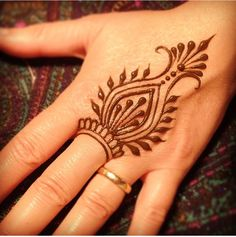 These are some of the simple Henna tattoo designs you must try. Before getting anything related to Henna done any where your body make sure you are not Henna Ink, Henna Body Art, Henna Mehndi, Henna Mandala, Mehndi Art, Hand Art Henna, Henna Feet, Mandala Tattoo, Henna Designs Easy