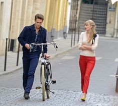 Taylor Swift - Taylor Swift shooting scenes for new music video 'Begin Again' in Paris Taylor Swift Pictures, Taylor Alison Swift, Yellow Ballet Flats, Swift Photo, Her Music, Girls Night Out, Workout Pants, Retro Fashion, Color Pop