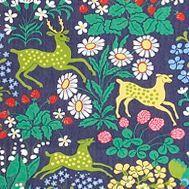 Dieser Stoff von Almedahls illustriert eine Szene aus einem Wald, in dem sich verschiedenste Tiere zwischen den Gewächsen verstecken. Bestellbar in verschiedenen Farbstellungen.
