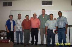 El decano de estudios académicos del Seminario Internacional de Miami (MINTS) Dr. Cornelio Hegeman, el profesor Rev. Matthew Dubocq y grupo de estudiantes Hispanos en Miami Florida.