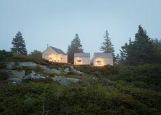 Les architectes américains de Go Logic ont réalisé en 2014 cette maison d'été composée de trois cabanes en bois sur la côte rocheuse du Maine. Chaque const