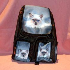 Sac à dos en tissu avec motif chat sacré de birmanie. Plusieurs poches de rangements.  Peut se porter en sac à dos ou sur l'épaule.  Dimension: 28 cm x 32 cm