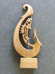 Kauri fish hook, Kerry thompson Woodworking Projects Diy, Woodworking Wood, Wood Projects, Wood Carving Art, Bone Carving, Wooden Crafts, Wooden Diy, Plaque Design, Intarsia Wood