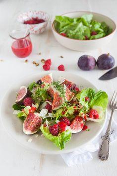Perfekter Sommersalat. Abwandlung davon gestern gegessen: Salat mit Erd- und Himbeeren, Mozzarella, frischen Kräutern und Soja-Balsamico-Honig Sauce