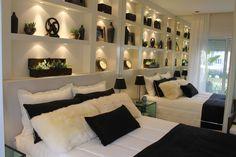 Desenvolvimento da parte de design de interiores para aparatmento decorado em São Paulo. Projeto desenvolvido quando estava na Débora Aguiar. Fui responsável pela escolha de todo o mobiliário, cores, revestimentos, produção, quadros...
