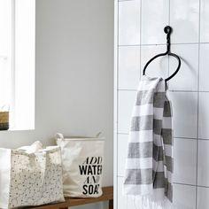 Stoere ijzeren handdoekring van House Doctor voor een industrieel effect in je badkamer!