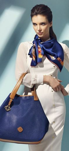 Catchiest Scarf Trends for Women in 2017 - A scarf is not just a piece of cloth that women wear around the neck or over the shoulders for warmth. There are some women who wear scarves to keep w. How To Wear Scarves, Neck Scarves, Look Chic, Square Scarf, Scarf Styles, Casual Dresses, Ideias Fashion, Vogue, Costume