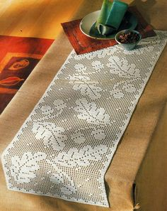 Risultati immagini per filet crochet table runner pattern Crochet Table Runner Pattern, Crochet Doily Patterns, Crochet Tablecloth, Crochet Designs, Crochet Doilies, Crochet Snowflakes, Crochet Leaves, Thread Crochet, Knit Crochet