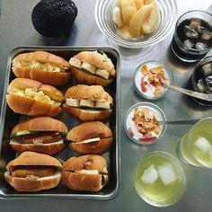 #デイリーだし 冷蔵庫の整理を兼ねた朝ごはん。 パンドミロールには、卵、ホットドック。レーズンロールは、ピーナツ×バナナ、バターサンド。大人は、アボカドチーズカンパーニュも。桃とヨーグルト。 . #なつやすみ #朝ごはん#丁寧に暮らす#冷蔵庫掃除 #あるもので #ワーママの休日