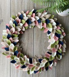 Felt Flower Wreaths, Felt Wreath, Diy Wreath, Felt Flowers, Felt Christmas, Christmas Wreaths, Felt Crafts, Diy Crafts, How To Make Wreaths