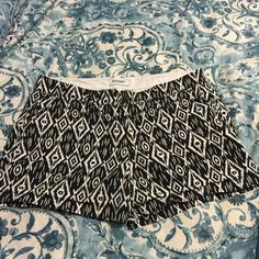"Old Navy Shorts Black & White Print - Size 16 These black and white print shorts from Old Navy are beautiful and are in excellent like new condition. They are 100% cotton and very comfortable. The inseam is 5"" and the measurements from the top of the waist to the bottom of the leg is 14 1/2"". Smoke free home. Old Navy Shorts"