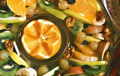 Hedelmäsalaattia kandeeratuilla saksanpähkinöillä.
