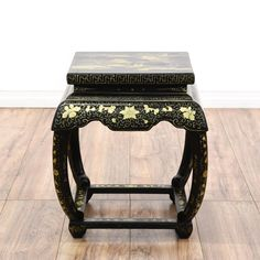 This end table is featured in a solid wood with a black lacquered finish. This Chinese style side table has beautiful white floral chinoiserie, curved legs, raised table top, and subtle gold geometric accents. A stunning and versatile piece that doubles as a stool! #asian #tables #endtable #sandiegovintage #vintagefurniture