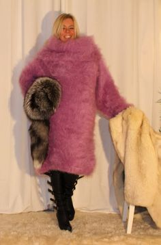 I'd love to be naked and have fun with her and all her fuzzy sweaters and furs Turtleneck Outfit, Sweater Dress Outfit, Sweater Outfits, Knit Dress, Sweater Dresses, Fluffy Sweater, Mohair Sweater, Wool Scarf, Gros Pull Mohair