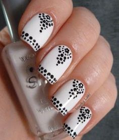 Dot Nails blk an white