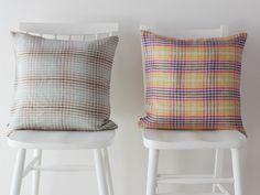 リトア二アから届いた天然繊維の柔らかな手触りとカジュアルなチェック柄が魅力のリトア二ア産リネン100%「チェスト」のクッションカバー。中厚のソフトで上質なリネンの質感が心地良いテキスタイル。織りで表現された上品なチェック柄は、素朴でありながらヴィンテージな雰囲気。カラーによっても、雰囲気が変わるので違いを楽しむのも面白いかも!?