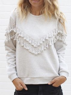 Keep yourself warm and cozy in a cute way in this pretty tasseled light grey sweatshirt. Pair it with cutoff shorts, leggings or fitted pants and frin… – Sweatshirt Look Casual, Casual Chic, Casual Fall, Diy Kleidung, Grey Sweatshirt, Mode Inspiration, Mode Style, Fit Women, Fashion Outfits