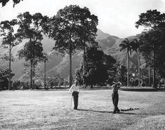 Jugadores de golf y el Ávila al fondo (1955)