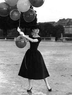 1956  C'est l'indétrônable ambassadrice de la petite robe noire. De Tiffany's, à New York, au Jardin des Tuileries, Audrey Hepburn est d'un chic mutin et absolu.