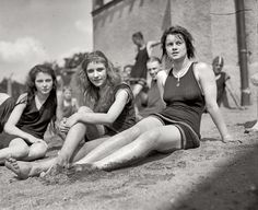 Although the strong growth in female fashion, and is one of the greatest periods of fashion, bathing suits in the 1920s looked like Edwardia...