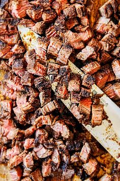 showing how to make carne asada tacos by chopping steak into small pieces Carne Asada Steak, Steak Tacos, Meat Recipes, Mexican Food Recipes, Cooking Recipes, Dinner Recipes, Ethnic Recipes, Tostadas, Chopped Steak