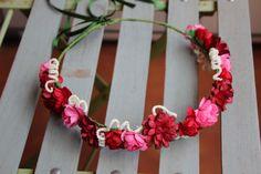 Corona de flores rojas y fucsias tocado de flores por Lolacoqueta