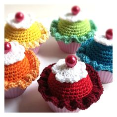 Cupcakes crochet. I would make this for people's birthdays if I could crochet.