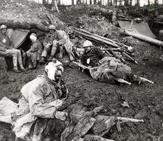 Soldats français blessés sur le champ de Bataille.