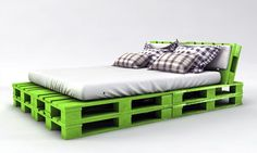 Willst Du das günstigste Palettenbett bauen? Schau Dir diese zwei coolen Ideen zum selber bauen in verschiedenen Größen an.