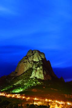 A 59 kilómetros de la ciudad de Querétaro se erige la imponente Peña de Bernal, un monolito de aproximadamente 300 metros de altura, considerado el tercer más grande del mundo