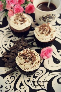 Black and white cupcakes (in Romanian) Black And White Cupcakes, Pretty Cupcakes, Foods To Eat, Delicious Desserts, Panna Cotta, Cake Recipes, Sweet Treats, Recipies, Cheesecake