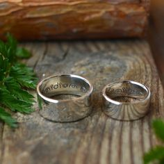 Обручальные кольца в Instagram: «Широченные кольца с особенным текстом внутри.  А как фактура дерева отражается в кольцах, ммм»