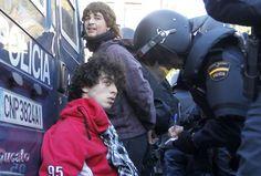 """El PSOE ha pedido a Interior que explique los incidentes en Valencia. Los socialistas hablan de """"contundente represión policial"""" y quieren que también intervenga en el Congreso Cosidó.  HEINO KALIS (REUTERS)"""