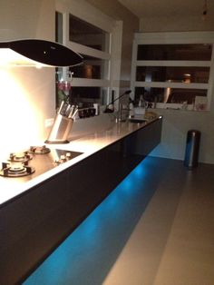 Zwevende houtkleurige keuken met indirecte ledverlichting — bij Nieuwekerk Aan Den Ijssel.