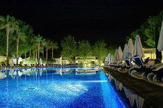 Valentin Playa de Muro #spanien #mallorca #valentinplayamuro #nacht #palmen #pool