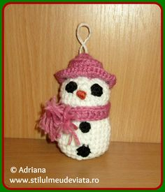 om de zapada crosetat Christmas Ornaments, Holiday Decor, Home Decor, Amigurumi, Decoration Home, Room Decor, Christmas Jewelry, Christmas Decorations, Home Interior Design
