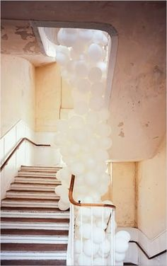 Falling white balloons down the staircase. Perfect Day, Love Balloon, Balloon Tower, White Balloons, Heart Balloons, Balloon Clouds, Wedding Balloons, First Home, Interiores Design