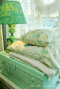 .•°¤*(¯`★´¯)*¤° Shabby Chic.•°¤*(¯`★´¯)*¤° green... I think I could fall in love with this color in one of my bedrooms.  I already have pink and white in one of them... Decision..decisions...