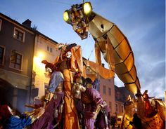 Cuenta la evocación surrealista de la construcción del astro solar con un insecto quimérico de 24M de largo y de 9M de altopaseando por las calles al ritmo de percusiones, rodeado de artistas de circo, rindiendo homenaje a un espectáculo de sombra y luces.