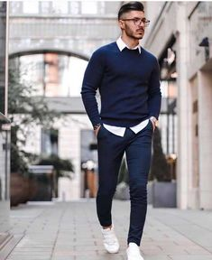 Casual interview attire for men is an important topic. So, we have put together the best business casual outfits for men. Take a look to get inspiration! Winter Outfits Men, Stylish Mens Outfits, Smart Casual Menswear, Men Casual, Casual Attire, Casual Wear, Blue Sweater Outfit, Mens Sweater Outfits, Interview Outfit Men