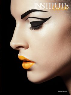 Amazing bold black eyeliner block pattern on lids and brows, Eygptian style. Black pulled back hair, pale skin, with beautiful pale orange lips. Make Up Looks, Makeup Inspo, Makeup Inspiration, Makeup Style, Grafik Eyeliner, Make Up Art, How To Make, Foto Art, Fantasy Makeup