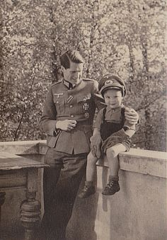 """vorgestern:"""" A Wehrmacht officer looks lovingly at his toddler son, who is wearing his daddy's visor cap and gloves :)Scan of original photo from my collection. German Soldiers Ww2, German Army, Military Drawings, Germany Ww2, German Uniforms, The Third Reich, World War Two, Historical Photos, Wwii"""