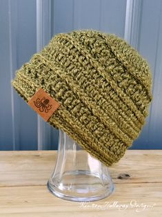 Wanderlust Beanie Crochet Hat Pattern - Kirsten Holloway Designs Even beginners can crochet a winter hat with this easy, free crochet pattern for men, or women! Ribbed post stitches add stripes of tex Crochet Scarf Easy, Crochet Summer Hats, Crochet Headband Pattern, Crochet Yarn, Crochet Gifts, Crochet Beanie Hat Free Pattern, Crochet Top, Crochet Dolls, Crochet Patterns Free Women