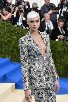 "Cara Delevingne: It's ""Exhausting"" to Deal With Society's Beauty Standards Makeup Artist Chair, Celebrity Makeup, Cara Delevingne, Beauty Secrets, Peeps, Red Carpet, Celebrities, How To Wear, Clothes"