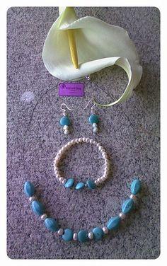 Conjunto de turquesas, perla y plata de ley compuesto de:  Pulsera elástica con turquesa, perla y bola de plata. Pendientes en plata de ley con turquesa y perla. Gargantilla con cierre en plata de ley, dos tipos de turquesa y perla.